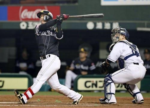 9回ソフトバンク1死一塁、今宮が左越えに、この試合3本塁打目となる2ランを放つ(13日、メットライフドーム)=共同