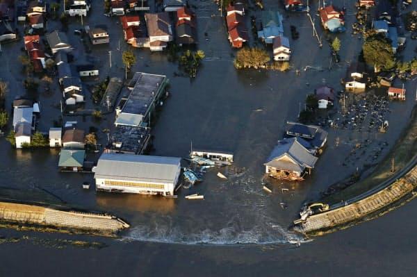 吉田川の堤防が決壊し氾濫した現場(13日、宮城県大郷町)=共同