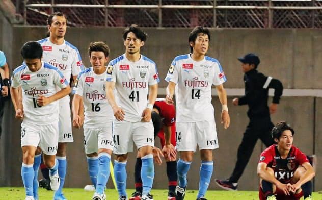 鹿島と引き分けて決勝進出を決めた川崎イレブン。手前右から2人目は中村(13日、カシマ)=共同