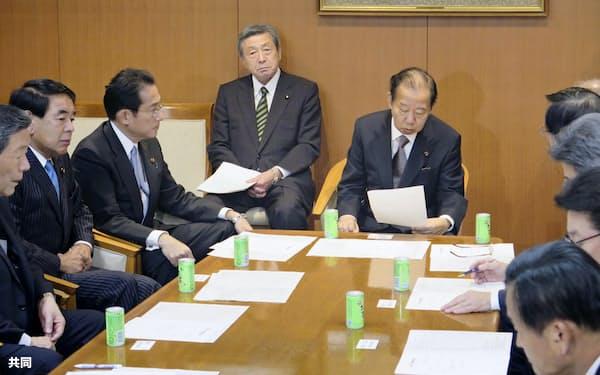 台風19号の被害を受けた13日の自民党緊急役員会で発言する二階氏(中央右、党本部)=共同