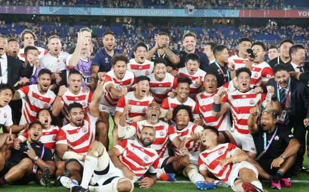 ラグビー日本、W杯初の8強 スコットランド破る