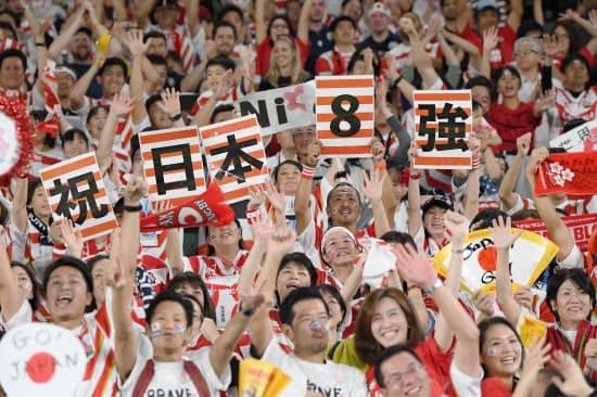 日本代表がスコットランドを破って初の8強入りを決め、スタンドで盛り上がる観客