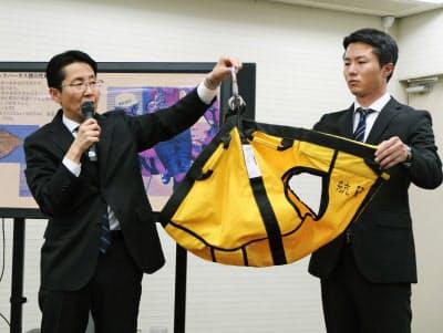 記者会見で救助装置について説明する東京消防庁の幹部(左)ら(13日午後、東京消防庁本部庁舎)=共同
