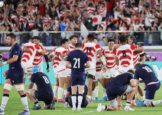 スコットランドを破り、初の8強進出を喜ぶ日本代表