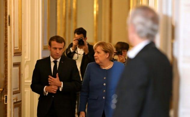 13日、メルケル独首相(右)とマクロン仏大統領(左)はパリで会談した=ロイター