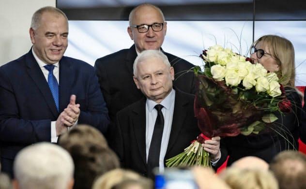 ポーランド下院選で勝利した与党、法と正義のカチンスキ党首(中)=AP