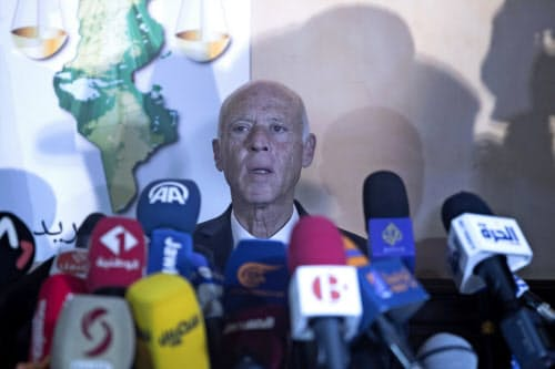 チュニジア大統領選で勝利する見通しとなった憲法学者カイス・サイード氏(13日)=AP