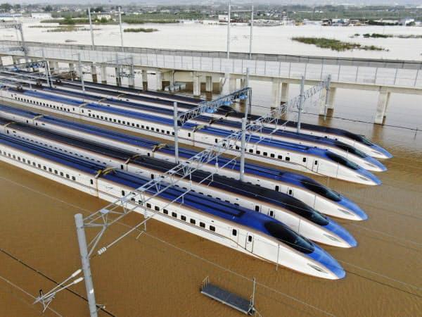 台風19号による大雨で水に漬かった新幹線の車両(13日午後5時13分、長野市赤沼)=小型無人機から・共同
