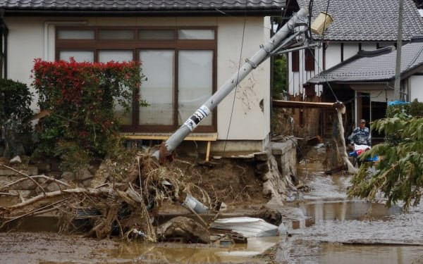 濁流が押し寄せ被害を受けた住宅(14日、長野市)=村越康二撮影