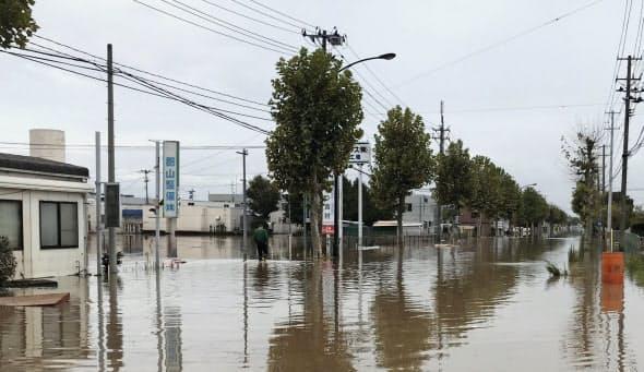 水が急速に引いた郡山中央工業団地(14日午前、福島県郡山市)