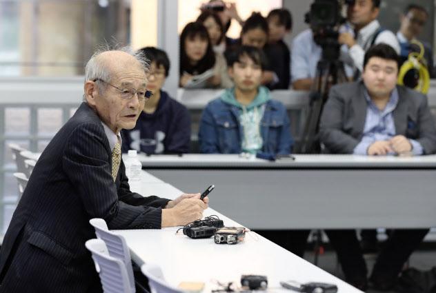 名城大学の大学院生に講義する吉野教授(左)(14日、名古屋市天白区)