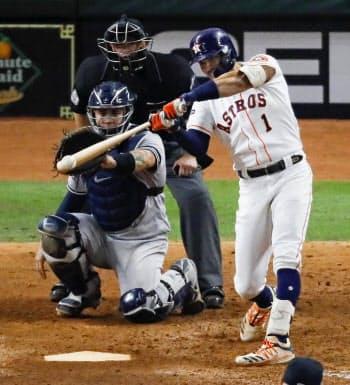 ヤンキース戦の11回、サヨナラ本塁打を放つアストロズのコレア(13日、ヒューストン)=AP