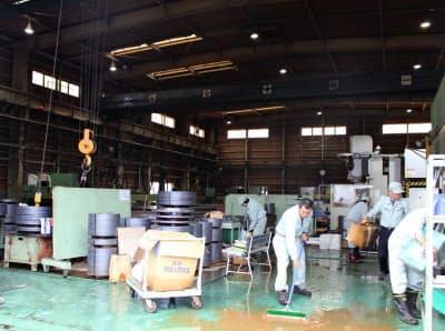 浸水被害にあった板橋製作所は休日返上で復旧作業にあたった(栃木県足利市)
