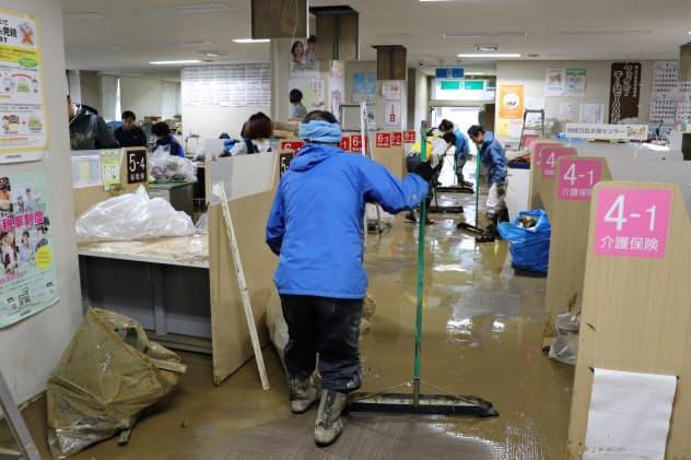 浸水した飯山市役所(飯山市)では15日からの開庁に向け、庁内の片付け作業に追われていた(14日、午後3時すぎ)