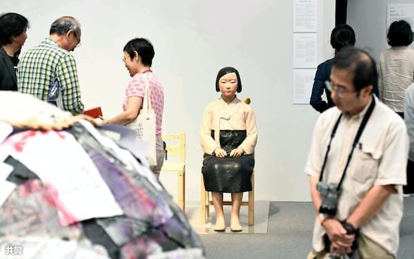 展示が再開された「表現の不自由展・その後」の「平和の少女像」(11日、名古屋市)=代表撮影