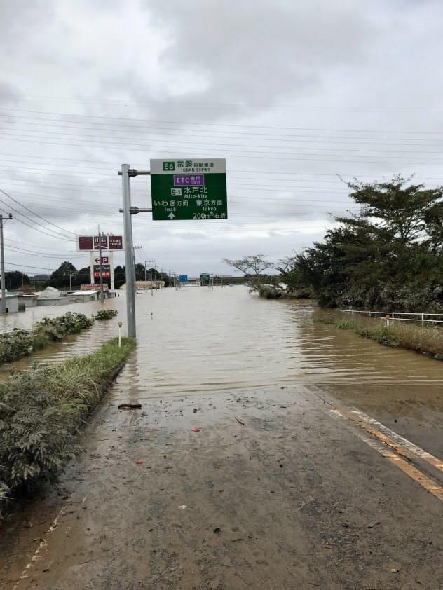 水戸北インターチェンジ付近の国道も水没した(14日、水戸市渡里町)