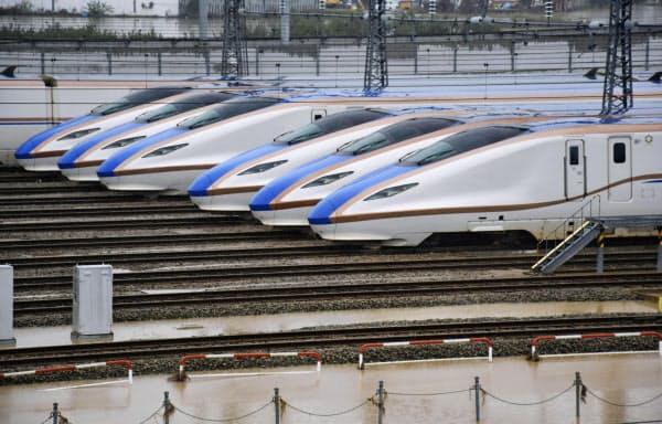水が引いたJR東日本の長野新幹線車両センターに並ぶ北陸新幹線の車両(14日午後1時33分、長野市赤沼地区)=共同