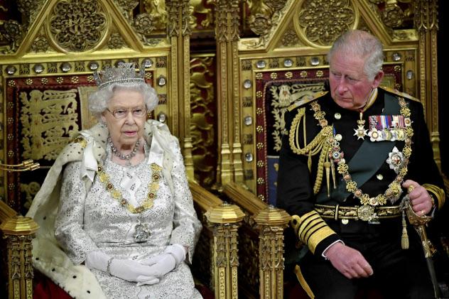 英国では政権の施政方針を女王が読み上げるのが慣習になっている(AP)