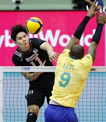 日本―ブラジル 第2セット、スパイクを決める西田(14日、広島県立総合体育館)=共同