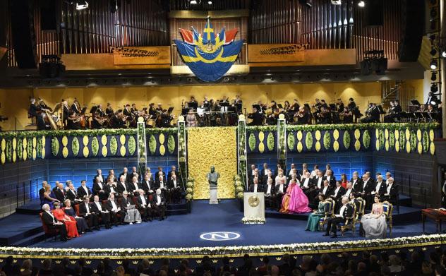 ストックホルムのコンサートホールで開かれたノーベル賞授賞式(2018年10月)=共同