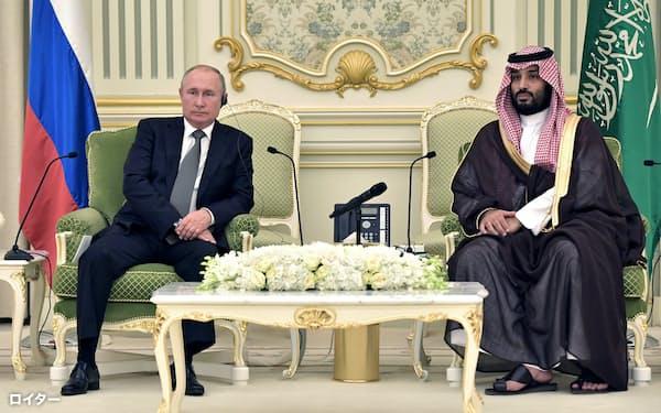 14日、リヤドで会談したロシアのプーチン大統領(左)とサウジアラビアのムハンマド皇太子=ロイター