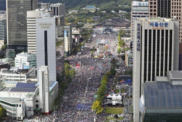 曺国氏の法相辞任を求めて開かれた大規模集会(3日、ソウル)=聯合・共同