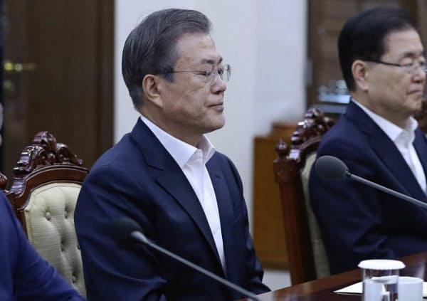 14日、ソウルの大統領府で開かれた会議に出席した韓国の文在寅大統領=聯合AP