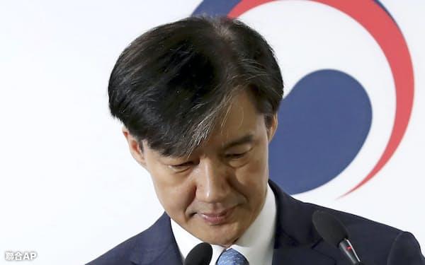 14日、辞任表明に先立ち、ソウル近郊で検察改革案を発表する韓国の曺国法相=聯合AP