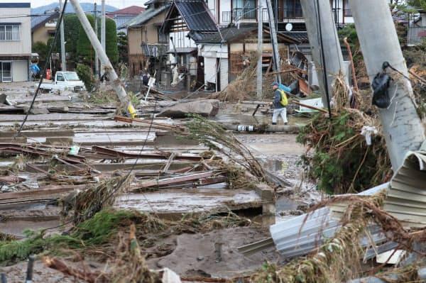 堤防が決壊し浸水被害を受けた住宅地(15日午前、長野市)