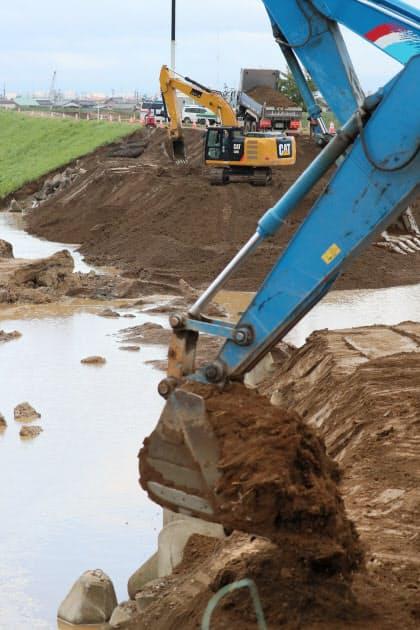 決壊した堤防で進む復旧作業(15日午前、長野市)