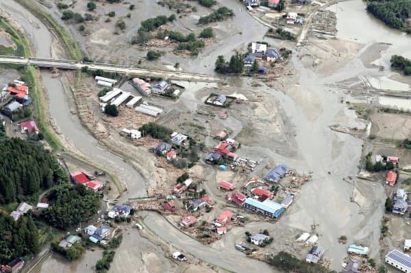 泥水に埋もれたままの宮城県丸森町の住宅地(15日午前)=共同