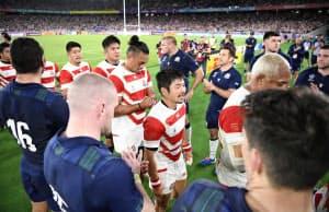スコットランドフィフティーンに健闘をたたえられる田中(中央手前)ら日本代表=日産スタジアム