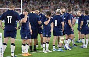 日本に敗れ肩を落とすスコットランド代表=日産スタジアム