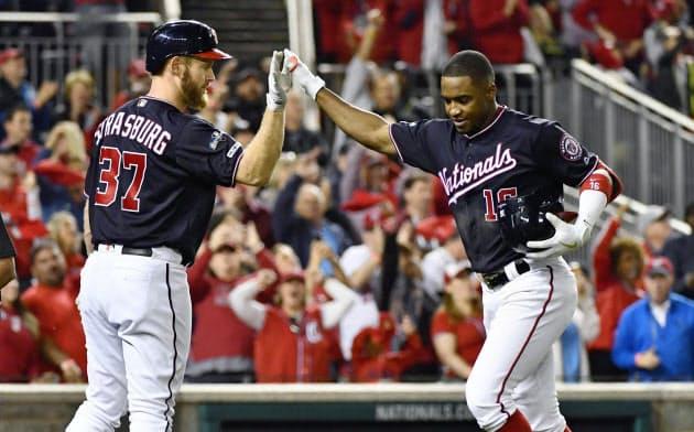 カージナルス戦の6回、本塁打を放ちストラスバーグ(左)に迎えられるナショナルズのロブレス(14日、ワシントン)=USA TODAY