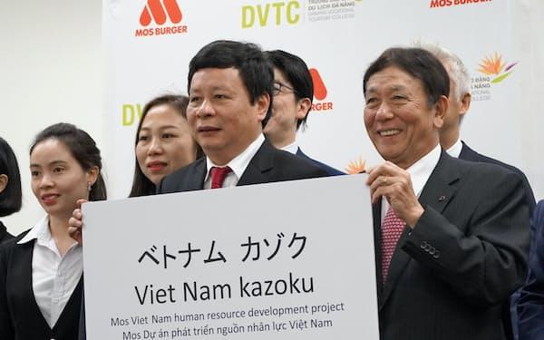 モスフードサービスの桜田厚会長(写真右)はダナン観光短期大学との提携を発表した(15日、東京・品川)