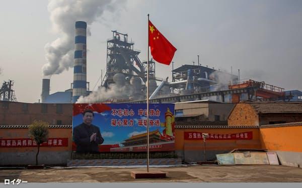中国の鉄鋼需要は減速見通しだが、大手は増産を続ける構えだ(河南省の製鉄所)=ロイター