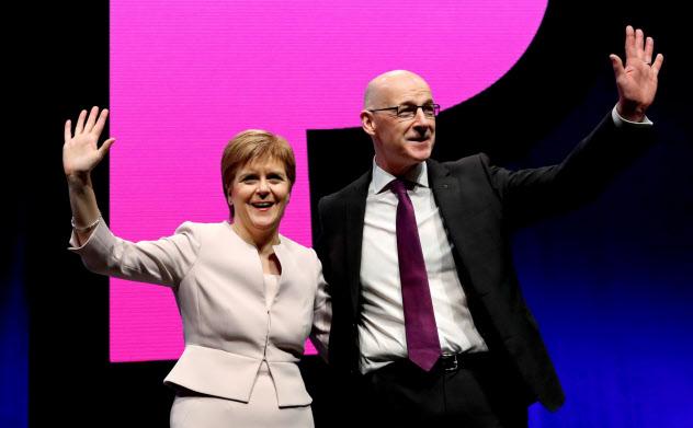 スコットランド行政府のスタージョン首相(左)とスウィニー副首相=ロイター