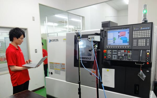 学生は実際に工場で使われている工作機械を使って学ぶことができる(埼玉工業大学)