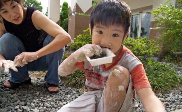 絵の具や粘土で遊ぶ息子の壮くんと
