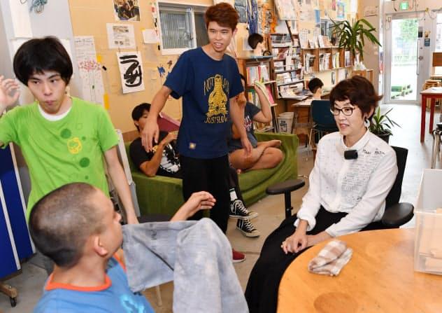 障害者支援施設の利用者と話す久保田翠さん(右)(静岡県浜松市の「たけし文化センター」)