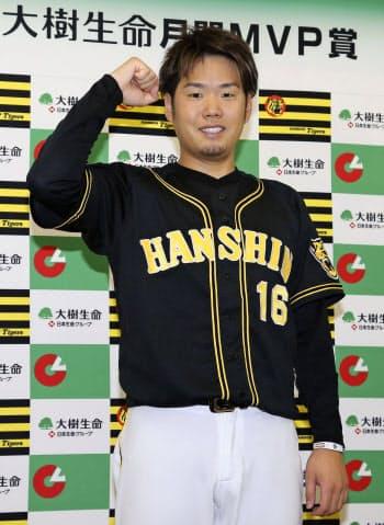9月の月間MVPを受賞し、ポーズをとる阪神・西(15日、東京ドーム)=共同