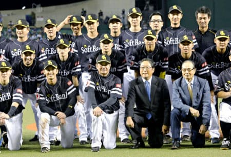 日本シリーズ進出を決めたソフトバンク。企業認知度を上げるのにプロ野球ほど優れたソフトはない=共同