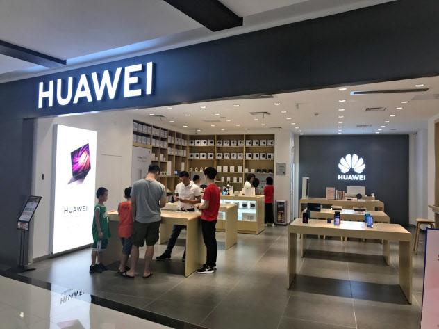 ファーウェイは米アップルに対抗するスマートフォン向けの基本ソフト(OS)の開発を急いでいる。(9月、広東省広州市の販売店)