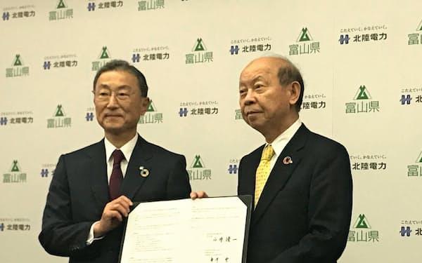 包括連携協定を結んだ北陸電の金井豊社長(左)と富山県の石井隆一知事