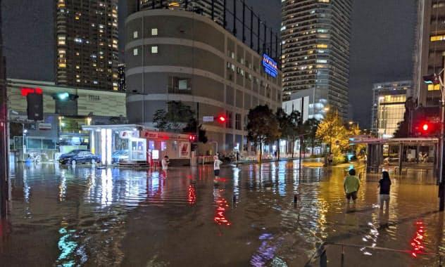 タワーマンションでも台風19号による浸水で地下の配電盤が壊れ停電が相次いだ(12日、川崎市)=AP