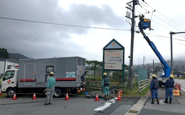 千葉県鴨川市内で応急送電工事をする四国電力グループの社員