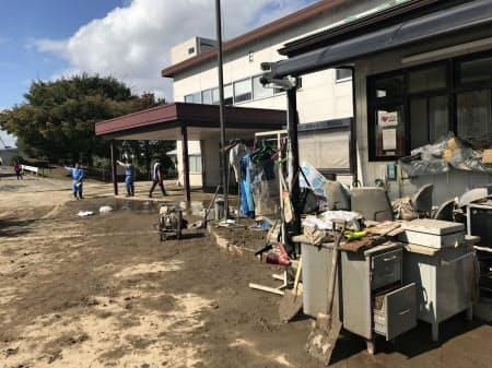 建物の1階天井近くまで冠水した日立製作所グループの工場では復旧を急ぐ(15日午後、福島県郡山市の郡山中央工業団地)
