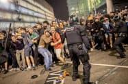 スペインでカタルーニャ州の住民投票を巡る最高裁判決に抗議する市民らが、警察と衝突した(14日、バルセロナ)=AP