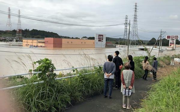 那珂川の氾濫でホームセンターが浸水(14日、水戸市渡里町)