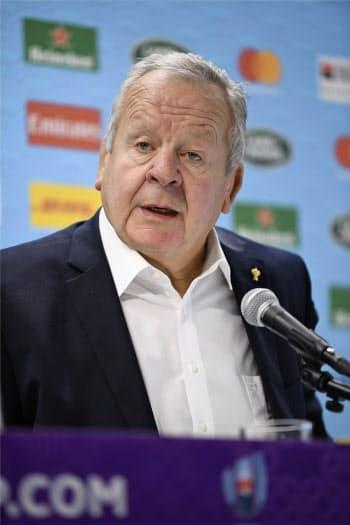 記者会見でラグビーW杯1次リーグを総括するワールドラグビーのビル・ボーモント会長(15日、東京都内)=共同